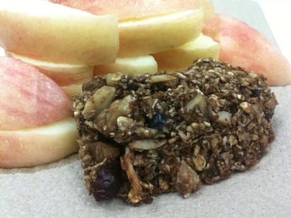This chewy granola bar is a great friend to some sliced apple for breakfast... :)